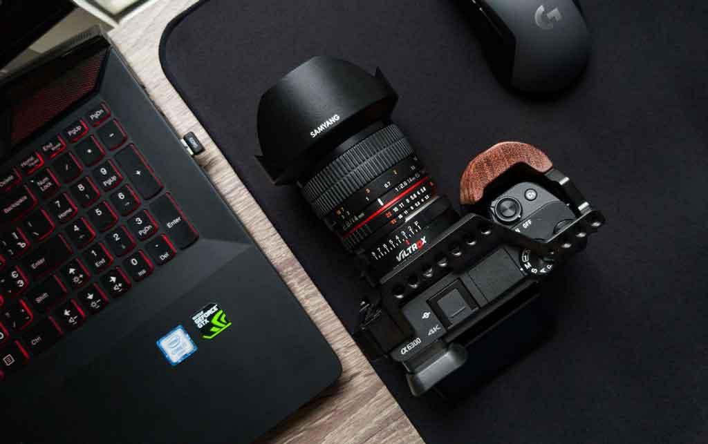 perlengkapan kamera dan laptop
